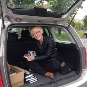 Det krävs mycket jobb med försäljning som egenutgivare. Anna Jakobsson Lund har sålt en del böcker ur bageluckan på sin bil...